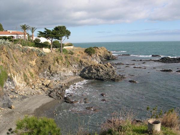 Playa de l'Embarril se encuentra protegida por una pared de roca que actúa de barrera visual de la urbanización que se encuentra detrás. Por ello es una playa tranquila y de aspecto natural.