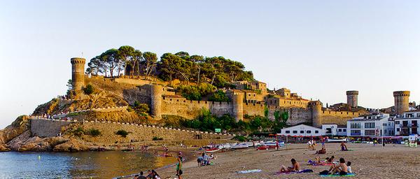 Playa Grande de Tossa de Mar, a los pies del recinto fortificado medieval de la Vila Vella