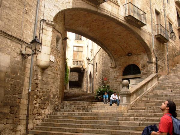 Para llegar hasta el Convento de Sant Domènec desde la parte inferior de Girona es posible que tengamos que subir las escaleras y pasar bajo el Arco de Sant Domènec, una bella estructura medieval