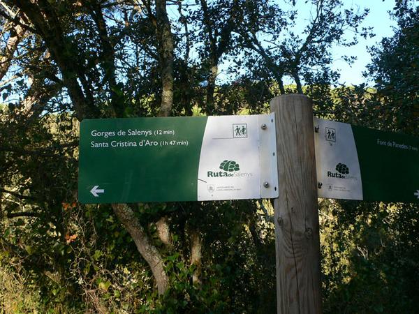 La Via Ferrata Gorges de Salenys forma parte de la red de pistas forestales de las Montañas Gavarres, así que encontraréis varios indicadores por los alrededores