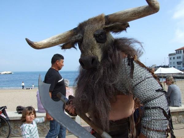 Los cascos de animales eran típicos entre los antiguos guerreros, y se pueden contemplar algunos de ellos durante la feria del Triumvirato Mediterráneo, en l'Escala