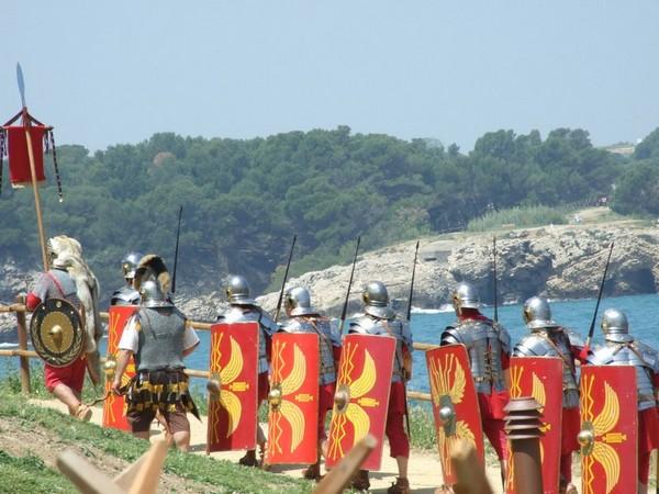 Reconstrucción histórica durante el Triumvirato Mediterráneo: las tropas de Escipión llegan por mar en el 218 a.C. a Ampurias, la actual l'Escala. Comienza la Hispania Romana.