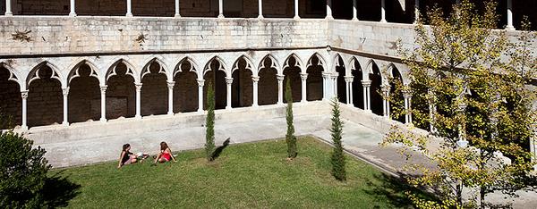 El claustro del antiguo Convento de Sant Domènec es hoy es día lugar de reunión de los estudiantes de la Universidad de Girona, que ocupa actualmente este espacio