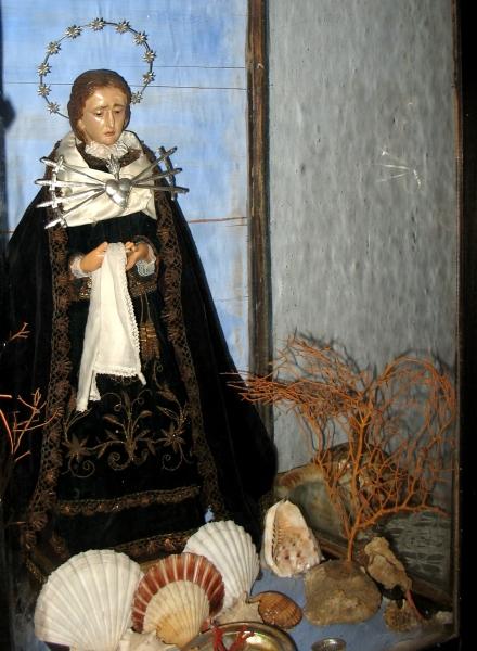 En el interior de la Casa de Pescadores Can Cinto Xuà vemos este emotivo altar de la Virgen de los Dolores, en la que podemos apreciar los siete puñales clavados en su corazón.
