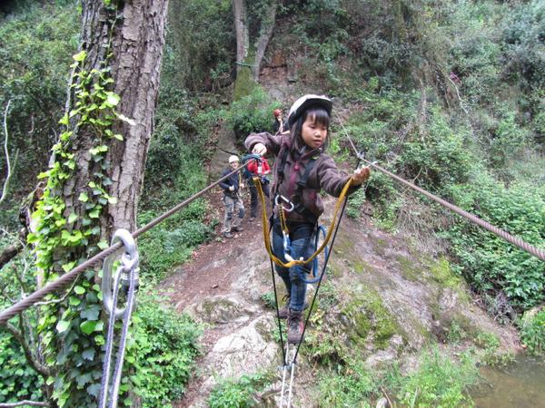 La ruta de las Gorges de Salenys suele ser recorrida incluso por niños, siempre bajo la vigilancia conocedoras de esta práctica