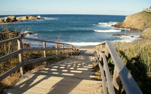 Escalera de madera que nos permite descender desde el camino de ronda hasta la Playa Vaquers, en el Port de la Selva, Costa Brava