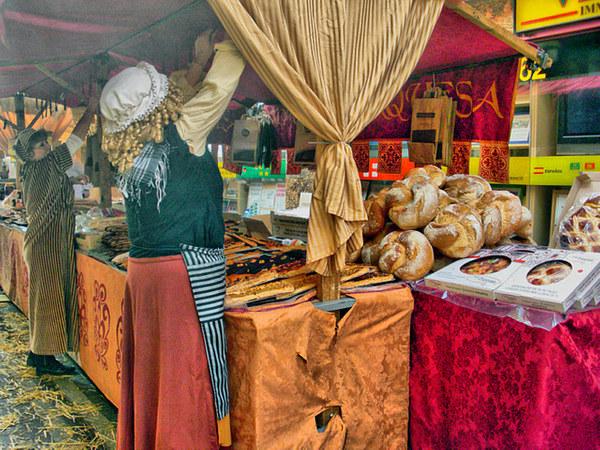 El Mercado Medieval de Lloret de Mar, que se celebra en el marco de la Feria Medieval, ofrece alimentos y productos artesanales de diverso tipo, muchos de ellos típicos y exclusivos del Ampurdán, que no es fácil encontrar en otros puestos de venta.