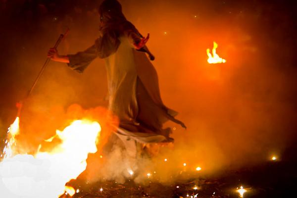 Durante la noche las celebraciones de la Feria Medieval de Lloret de Mar no se detienen, sino más al contrario: llega la hora de las danzas, las brujas y el fuego.