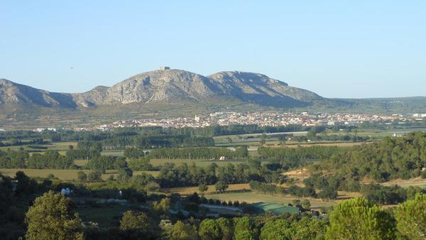 Llegamos a la cima de la pequeña montaña del Puig de Font Pasquala, a sólo 90 mts sobre el nivel del mar, y desde aquí contemplamos una bella vista en la que distinguimos incluso el Castillo de Montgrí