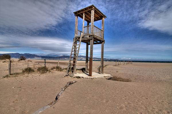 Torre de vigía de madera en uno de los extremos de la playa de Can Comas, Empuriabrava