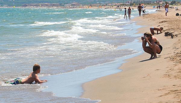 La Playa Griells es una playa muy familiar que se encuentra junto a la Playa Grande de l'Estartit, al norte. En esta foto, al sur, se pueden ver además, lejanos, algunos apartamentos pertenecientes ya a la Playa de Pals