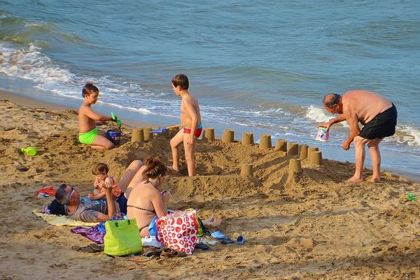 La mayor parte de los bañistas de la Playa de Griells son famílias de los apartamentos que se encuentran justo enfrente, en l'Estartit, Costa Brava