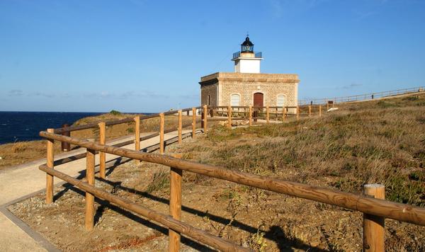 El Faro de S'Arenella, también en el pueblo del Port de la Selva, se encuentra a sólo 300 metros al sur de la Playa de Vaquers. Por ello un breve recorrido por el camino de ronda nos llevará con toda comodidad. Se trata de un excelente mirador.