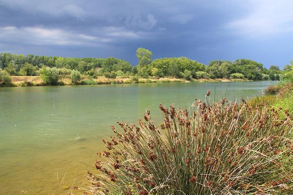 Las partes norte y sur de la Playa Sant Pere Pescador se encuentran limitadas por sendos ríos que descienden de las montañas de los Pre-Pirineos