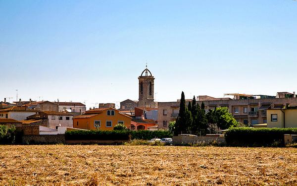 El centro del pueblo de Sant Pere Pescador se encuentra a unos dos kilómetros de la parte más al norte de esta larga playa