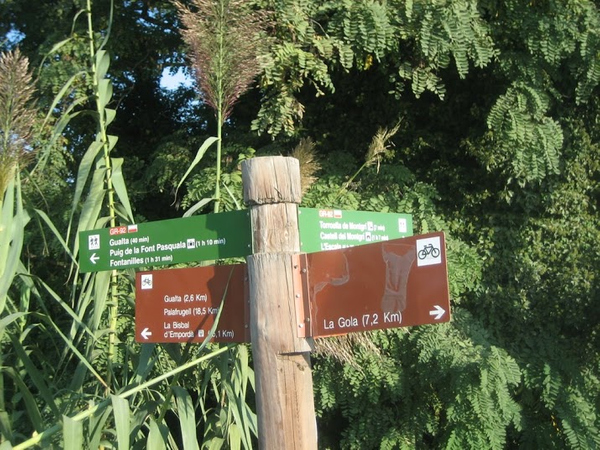 Para llegar hasta el Mirador de la Font Pasquala desde el centro de Gualta, seguimos la indicaciones de camino de largo recorrido GR-92, que jalonan nuestro camino