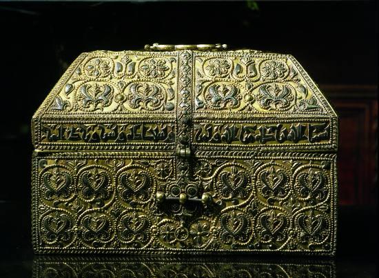 Siempre que he contemplado la arqueta de plata del califa cordobés Hixem II me preguntó que podría llegar a guardar dentro de ella, y dónde la escondería