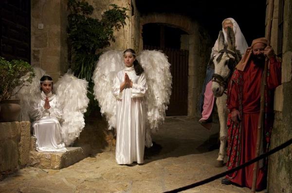 Los ángeles han llegado para anunciar la buena nueva del nacimiento de Jesús. En el Pesebre Viviente de Pals los niños también forman parte de las representaciones.