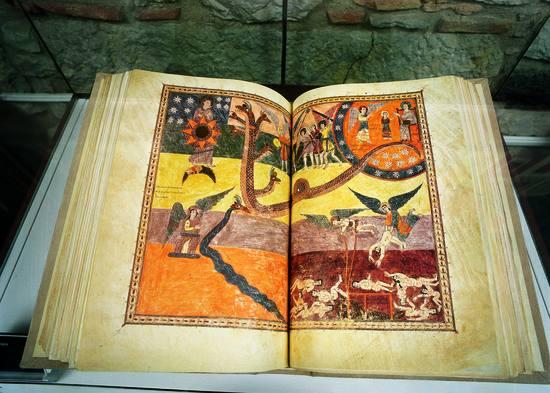 El Beatus de Liébana es una pieza bibliográfica de primer orden que los visitantes podrán contemplar en el Museo Tesoro de la Catedral de Girona, Sí, claro, por supuesto, todo era escrito y dibujado a mano, puesto que estamos hablando del siglo X.