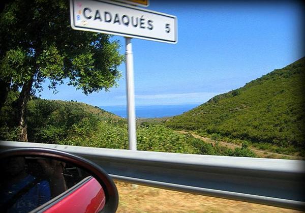 Nos aproximamos a Cadaqués cruzando el Cabo de Creus, y la Playa Sa Conca se encuentra cerca del centro, hacia el sur. Se puede llegar a pie.