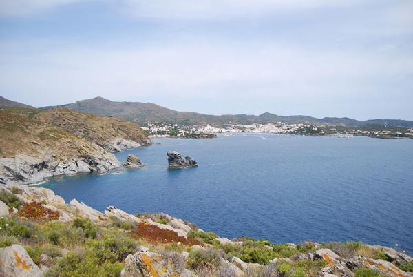 Cala Sa Sabolla, en Cadaqués, es solamente accesible a pie, siguiendo el camino de ronda, y también por mar (tanto en barca como en kayak). Es una bahía muy buena para el anclar.