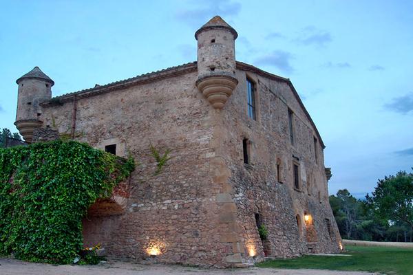 Can Pou de Ses Garites es una masia fortificada del siglo XVI que se mantiene incólume en Pals