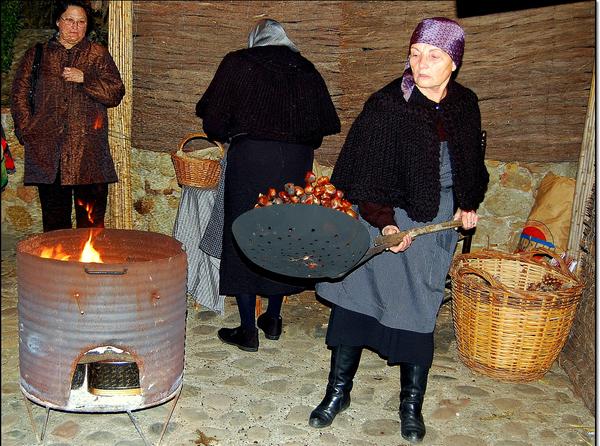 Los oficios tradicionales también están representados en el núcleo histórico de Pals, como esta castañera que asa las castañas a la antigua usanza