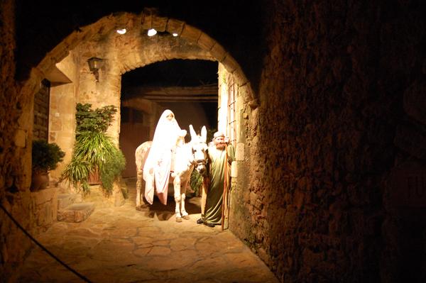 Escena de una familia en burrito que acude a ver el pesebre del niño Jesús, en el Pesebre Viviente de Pals