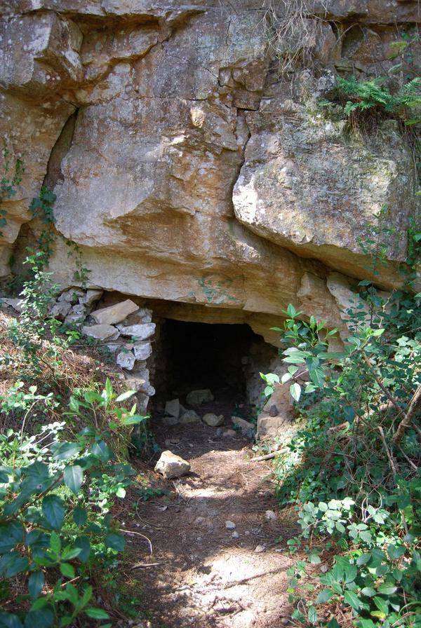 En plena subida al Mirador del Quermany Gros nos encontramos con la entrada a las Minas de Bofill, a las que no se recomienda en absoluto el acceso