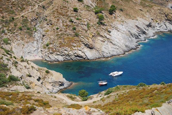 Cala Sa Sabolla se encuentra en Cadaqués, en el Cabo de Creus, Girona, Costa Brava