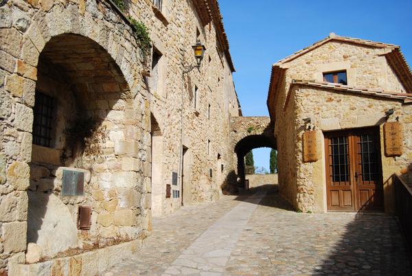 Si no hemos visitado el núcleo histórico medieval de Pals la verdad es que vale la pena pasear entre sus antiguos muro y detenerse en el Mirador Josep Pla, junto a la Torre de las Horas.