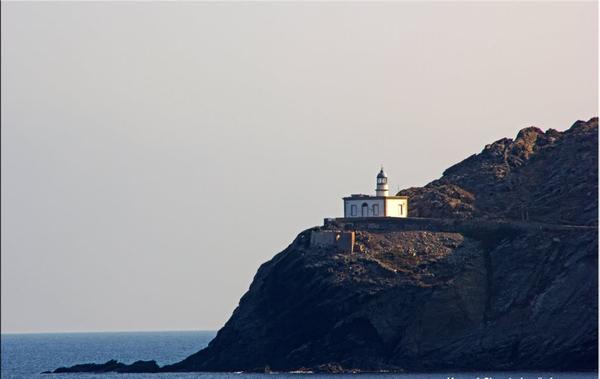 El Faro de Cala Nans se encuentra al sur y es visible desde la bahía de la Playa Sa Conca, en Cadaqués. El precioso camino de ronda en esa dirección nos lleva hasta allí.