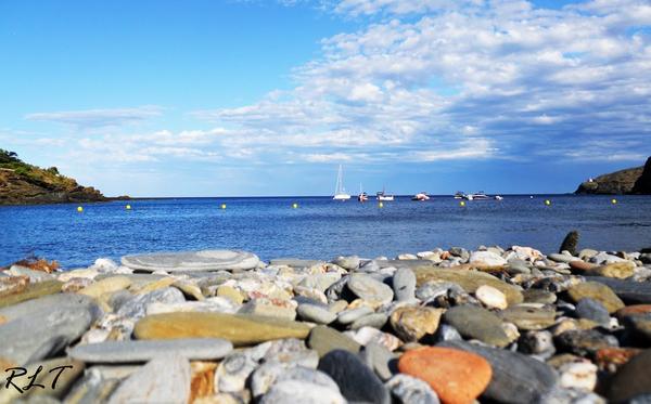La arena de la Playa Sa Conca de Cadaqués es gruesa, e incluso se encuentran guijarros. Las aguas son excelentes.