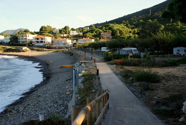 La forma más rápida de llegar hasta Cala Colomera es a partir de la playa Port de la Vall, más animada y que se encuentra también en Port de la Selva. El camino de ronda que aquí empieza hacia el norte llega hasta Colomera tras unos 200 metros, aproximadamente.