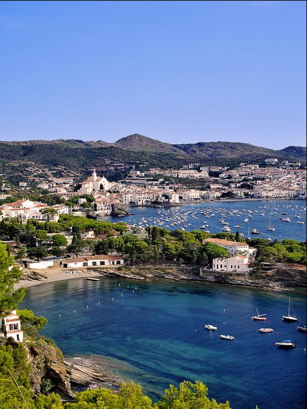 Playa Sa Conca y la villa de Cadaqués al fondo, en el Cabo de Creus, Girona, Costa Brava