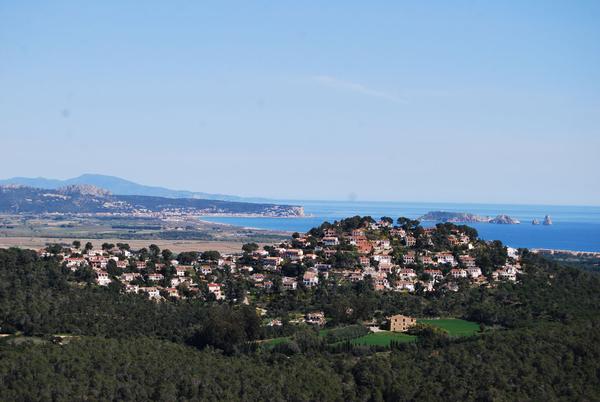 El Mirador de Quermany Gros nos regala unas preciosas vistas de las Islas Medas, el Cap de Creus, los Pirineos... la montaña frente a nosotros es Mas Tomasí, y la masia que se encuentra a sus es Can Pou de Ses Garites