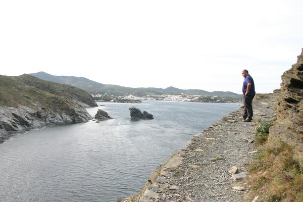A partir de Cala Sa Sabolla, en Cadaqués, y en dirección norte, comienza un camino de ronda en altura que nos lleva tras unos 500 metros hasta el Faro de Cala Nans