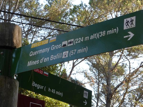 Podemos llegar hasta el Mirador Quermany y las Minas de Bofill desde el centro de Pals, por una pista forestal bien señalizada