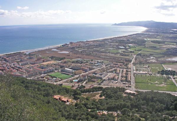 Las vistas hacia el sur nos ofrecen una bella panorámica de la planície del Ampurdán (parcialmente fluvial y repleta de playas), que se extiende hasta el Cabo de Begur