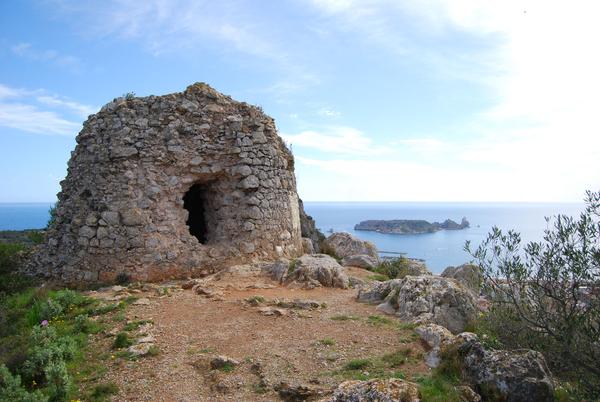 En plena ascensión al Rocamaura encontramos los restos de la antigua Torre Moratxa, una torre de defensa muy importante durante los siglos en que la piratería era una amenaza muy presente