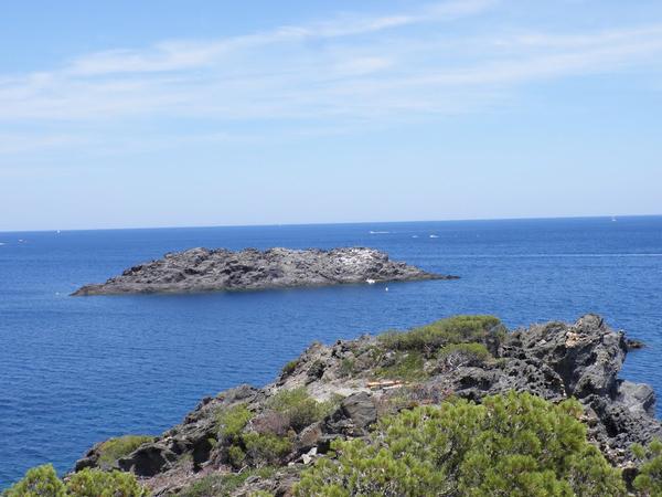 Junto a Cala Galera, a sólo 200 mts., encontramos el islote del mismo nombre, donde se produjo el hundimiento del barco holandés en el siglo XVII