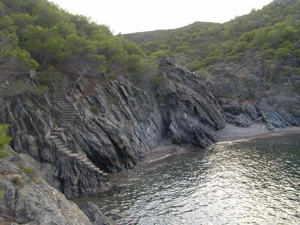 Cala Galera es una calita natural, pequeña y aislada que se encuentra al norte del centro urbano del Port de la Selva, entre 3 y 4 kilómetros, y sobre la que, en uno de sus lados, unas escaleritas remontan hacia lo alto del acantilado que la rodea