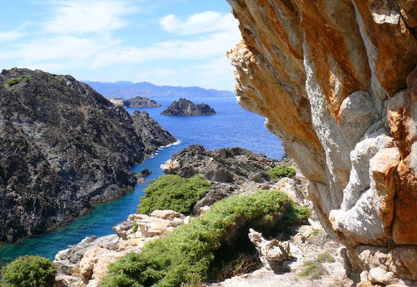 Cala Portaló se encuentra rodeada de montañas, que siguen el patrón de esa geomorfología dramática que presenta el territorio del Cabo de Creus. A pocos centenares de metros de la cala se encuentra el islote de Portaló.