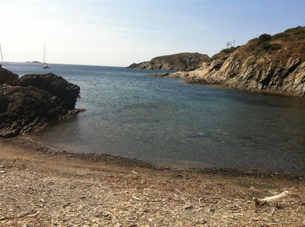 Cala Sant Lluís, en Cadaqués, forma una bahía que la protege del viento de la Tramuntana que sopla del norte y su superficie está compuesta de guijarros planos y redondeados