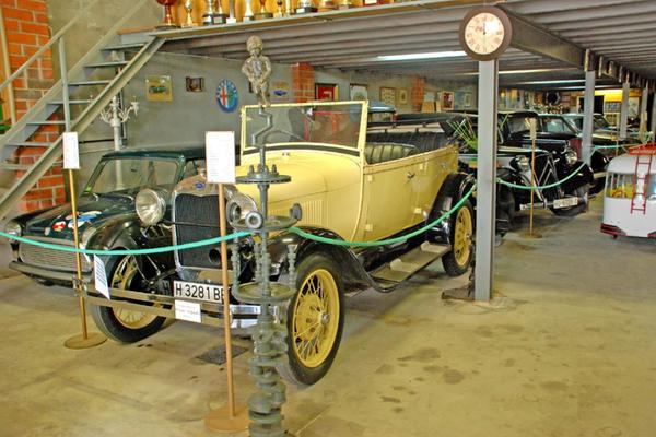 El Museo de la Moto de l'Escala expone además una interesante colección de vehículos de época
