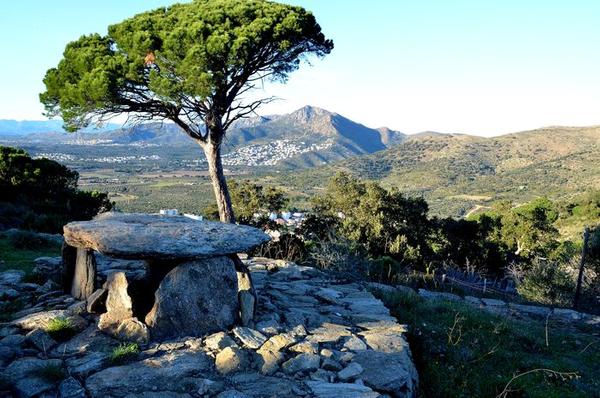 El dolmen Llit de la Generala es uno de los monumentos que forma parte de la Ruta Megalítica del pueblo de Roses, en el Cabo de Creus, Girona, Costa Brava