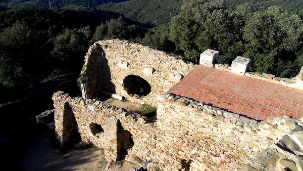 Junto a la torre del Castillo de Sant Miquel son claramente visibles los restos de la antigua ermita del siglo XV