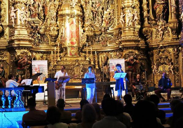 Los conciertos de música clásica y coral, que requieren para su mejor disfrute de un ambiente más íntimo, tienen lugar en la iglesia de Santa María de Cadaqués, frente al retablo barroco de Pau Costa (1665-1727)