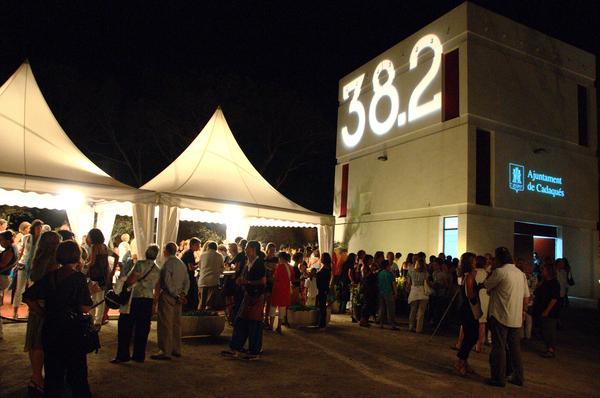 Cabe destacar el gran ambiente que se vive a la entrada de algunos de los conciertos del Festival Internacional de Música de Cadaqués, donde se instalan algunas tiendas con barra y buffet y que son propicios para la conversación entre los asistentes