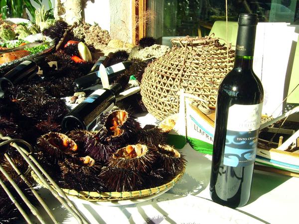 Los restaurantes que participan en la Feria Gastronómica de la Garoinada ofrecen durante estas semanas menús que contienen este sabroso marisco, junto a otros platos típicos de la gastronomía del Ampurdán, basados también en el pescado y regados con buen vino de la tierra